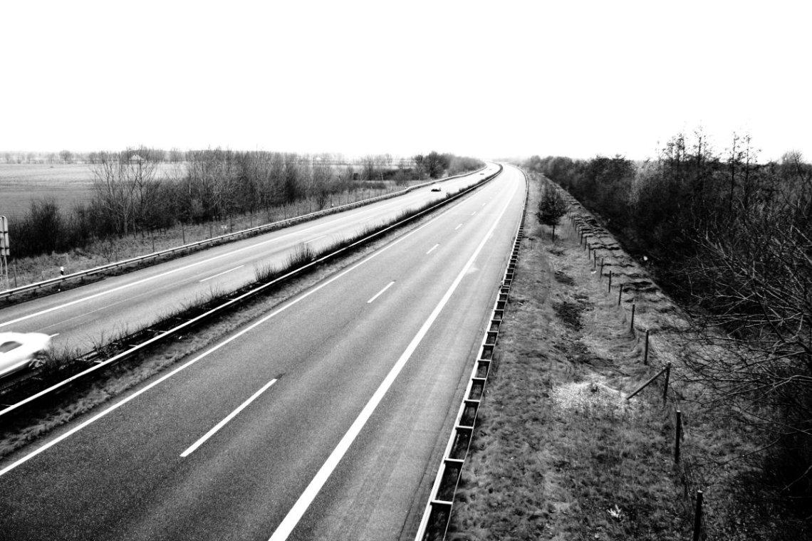 auf der Autobahnbrücke (piqs.de ID: 5e35c0e71500fd052cb14aad8cf0c6af)
